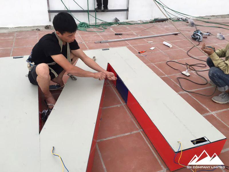 Bề mặt mica Đài Loan 3mm màu xanh, đỏ theo màu thương hiệu. Đế hộp mặt sau bằng Alu 3mm màu trắng tăng độ tương phản ánh sáng